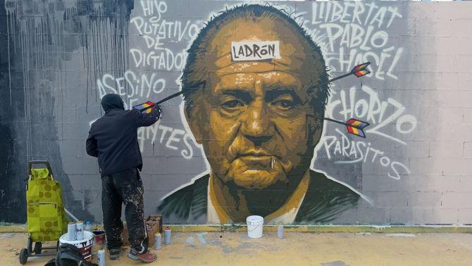 La Guàrdia Urbana de Barcelona fa esborrar un grafiti del rei emèrit en suport a Hasél