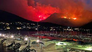 Vista nocturna de l'incendi del cap de Creus des del Port de la Selva, divendres passat (ACN)