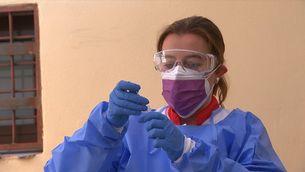 Comencen els tests d'antígens gratuïts en farmàcies per a monitors i infants d'activitats de lleure