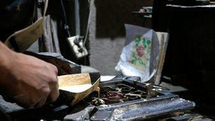 El ressorgiment dels mosaics hidràulics: un taller de Manresa és l'únic que fabrica aquestes peces de manera artesanal