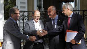 Els representants del PSE, Eguiguren i Totorika, saluden Juan Karlos Izaguirre i Martín Garitano, a la Casa de la Pau de Sant Sebastià. (Foto: EFE)
