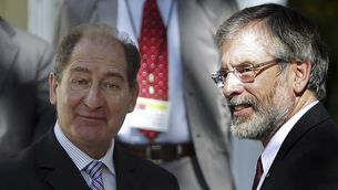 L'advocat sudafricà Brian Currin i el líder del Sinn Féin, Gerry Adams, aquest dilluns a Sant Sebastià. (Foto: EFE)