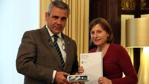De Alfonso, amb Forcadell, presentant-li la memòria del 2015 de l'Oficina Antifrau (ACN)