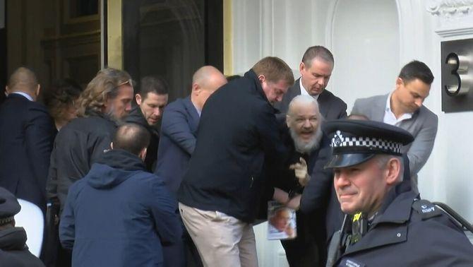 Julian Assange, detingut per la policia britànica a l'ambaixada de l'Equador a Londres