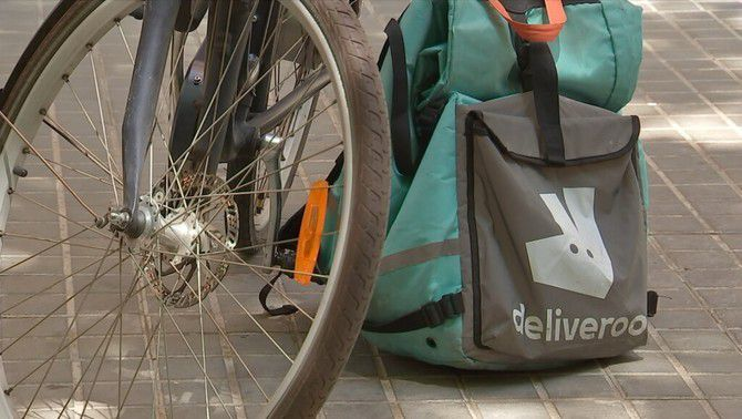 """La justícia madrilenya confirma que els """"riders"""" de Deliveroo són falsos autònoms"""