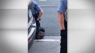 """""""No puc respirar!"""", un ciutadà negre mort ofegat per un policia blanc que el va immobilitzar durant 10 minuts"""