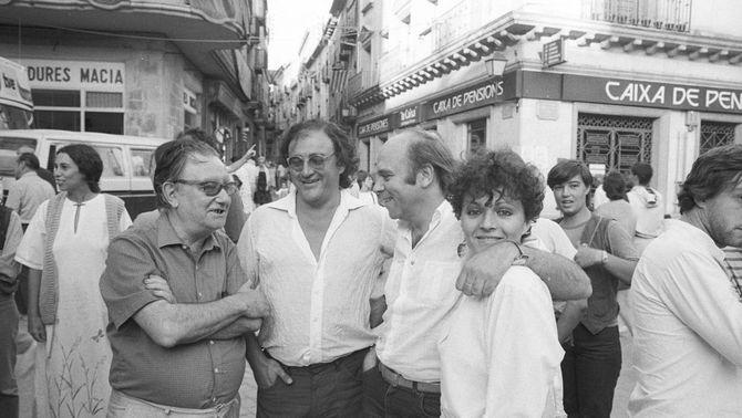 Pla obert de Joan Brossa, Carles Santos, Hermann Bonnin i Sabrine Dufrenoy, a la plaça Major el 1983. Imatge en blanc i negre. (Horitzontal)