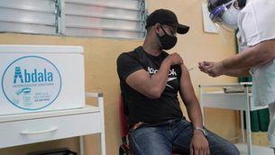 Un home rep una dosi de la vacuna de la Covid a l'Havana (Reuters/Alexandre Meneghini)