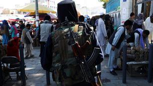 Un milicià talibà patrulla els carrers de Kabul