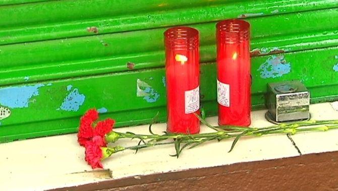 Unes 300 persones s'han concentrat al carrer on vivia l'home per condemnar la seva mort