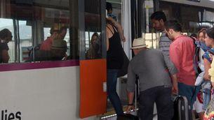 Passatgers pujant en un tren de Rodalies (ACN)