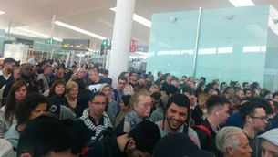 Tensió i llargues cues al punt de control de passaports de l'aeroport del Prat