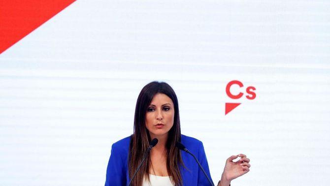 Lorena Roldán anunciant la moció de censura contra Quim Torra (EFE)