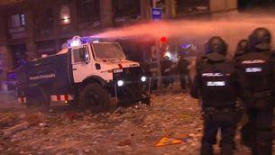 Els Mossos utilitzen el camió d'aigua per primera vegada per obrir pas a Via Laietana
