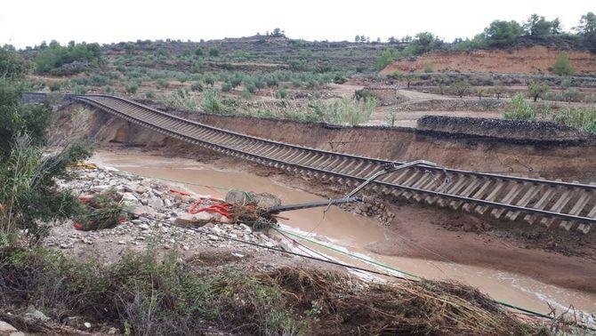 Una casa de colònies evacuada al Baix Camp i una via de tren enfonsada a les Garrigues