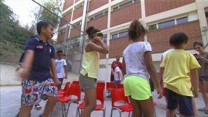 grup de nens juga al pati d'una escola