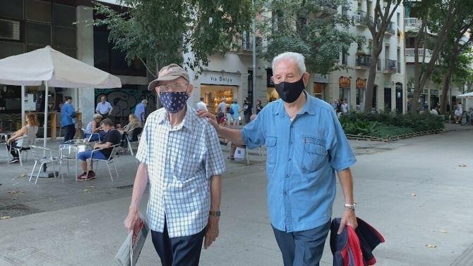 Jordi i Ramon passegen pel barri de Sant Antoni, a Barcelona