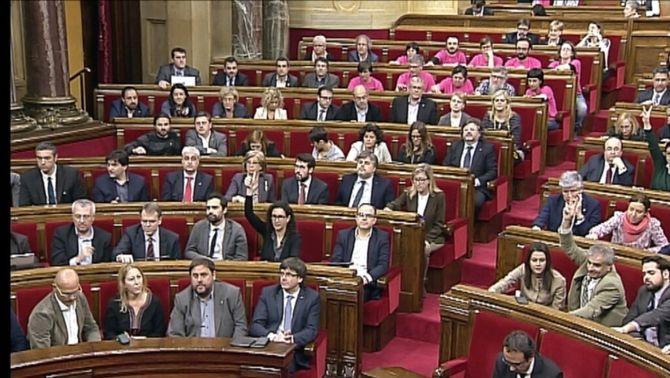 El Parlament aprova, amb els vots de JxSí i la CUP, la moció que referma els objectius de la resolució del 9-N