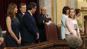 La nova presidenta del Congrés, Ana Pastor, mira els vicepresidents Rosa Romero i Ignacio Prendes, durant el seu jurament (EFE)