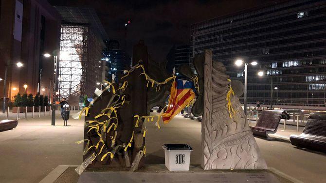 Una urna de l'1-O i llaços grocs apareixen davant de l'edifici de la Comissió Europea