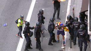 Agents de la Policia Nacional humilien i maltracten un jove a la Via Laietana