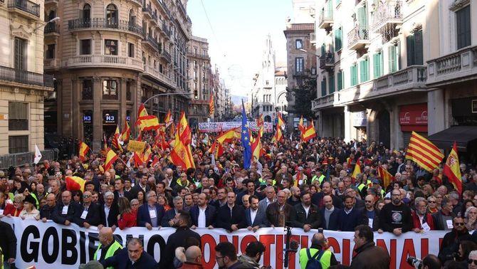 Ciutadans marxa de la manifestació per la Constitució a Barcelona on participa Vox i PP