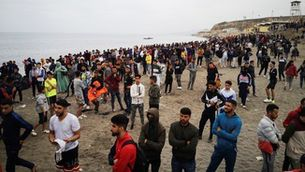 Les imatges de la frontera de Ceuta desbordada per l'arribada de 6.000 persones