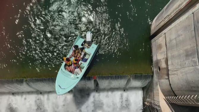 Rescaten una barca que havia quedat abocada al salt d'aigua d'una presa de Texas