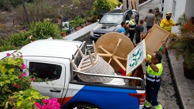 Veïns de Todoque evacuen casa seva amb l'ajuda dels serveis d'emergències