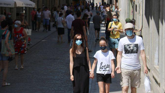 Una família passejant amb mascareta per Girona, al juny