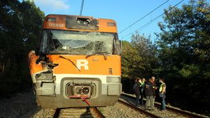 Dotze ferits lleus pel xoc d'un tren amb un arbre entre Sils i Caldes que talla la via
