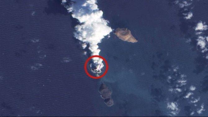 Imatge de satèl·lit presa del 23 de desembre on es veu, encerclada, la nova illa i el fum del volcà.