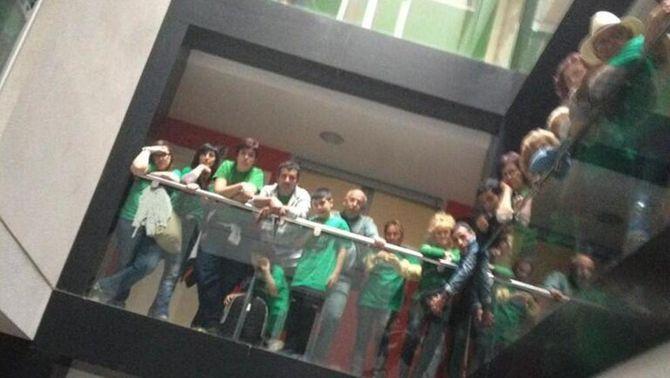 Membres de la PAH en el moment d'ocupar l'edifici de 40 habitatges a Sabadell (Foto: ACN)
