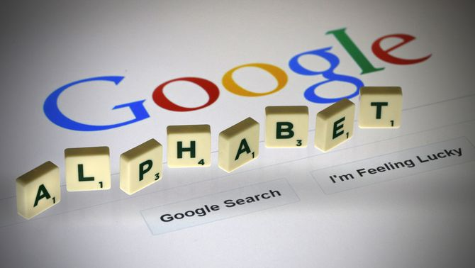 """Diverses lletres componen el nom d'""""Alfabet"""" a sota d'una pàgina d'inici del cercador Google (Reuters)"""