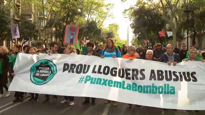 """Milers de persones protesten pels lloguers abusius a Barcelona: """"Punxem la bombolla"""""""