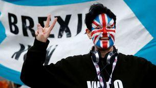 Una persona celebra la sortida de la Unió Europea als carrers de Londres Reuters/Henry Nicholls