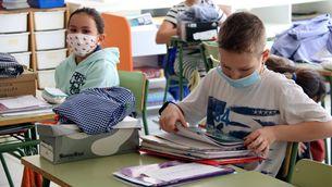 Un alumne de l'institut escola Sant Jordi de Navàs recull les seves coses de l'aula, al juny (ACN/Mar Martí)