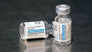 Dos vials de la vacuna de Janssen (EFE / Etienne Laurent)