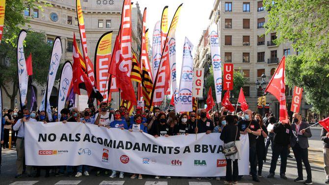 La manifestació dels treballadors de BBVA ocupant la Via Laietana amb la seu corporativa del BBVA a Catalunya de fons, el 17 de maig del 2021 (Horitzontal).