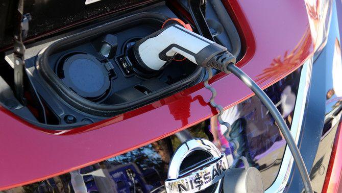 Un cotxe elèctrica, en un punt de recàrrega