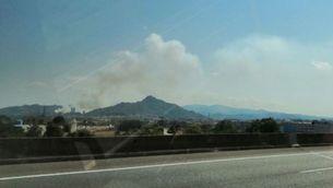 Un incendi crema una zona de matolls al turó de Montcada, a Collserola