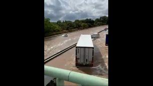 Una gran tromba d'aigua a Nimes deixa l'autopista inundada
