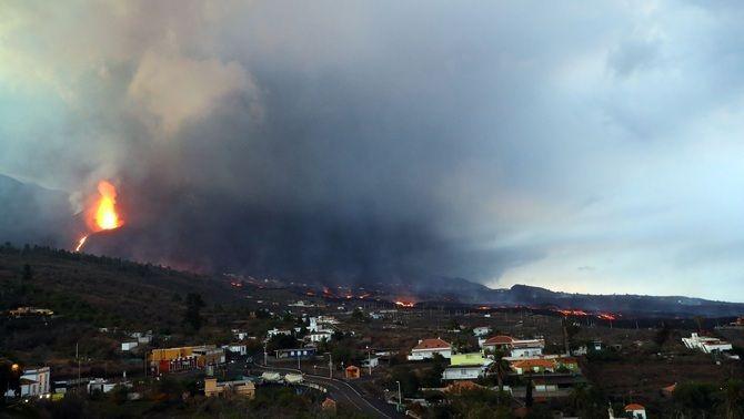 Vista del volcà de La Palma, aquest dimarts a la matinada