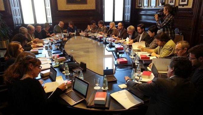 La mesa considera que no s'han vulnerat els drets de cap diputat i acusa el PP de filibusterisme