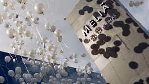Un cartell dels hotels de Melià amb globus