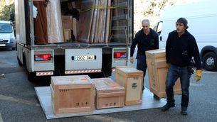 Operaris descarregant al monestir de Sixena les caixes amb les peces d'art procedents del Museu de Lleida. Imatge de l'11 de desembre del 2017. (Horitzontal)