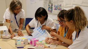 Pla mig de quatre professionals del Servei d'Urgències d'Obstetrícia i Ginecologia de Vall d'Hebron confeccionant capsetes per entregar a dones que han patit la pèrdua d'un fill durant la gestació. Im