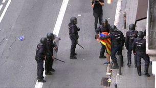 Agents de la Policia Nacional acorralen i colpegen un jove a la Via Laietana