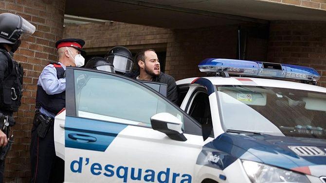Detenen Pablo Hasél per portar-lo a presó per les lletres de les seves cançons