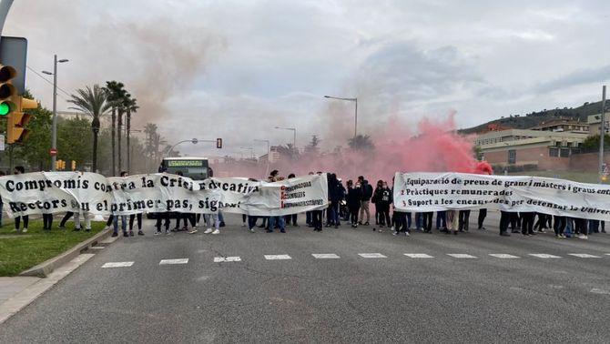 """Estudiants tallen la Diagonal una hora contra """"la situació d'emergència"""" a la universitat"""